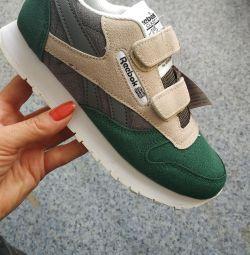 Нові кросівки 34