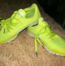 Новые кроссовки Найк 40 размер