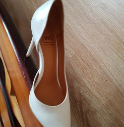 Ayakkabılar beyaz doğal.