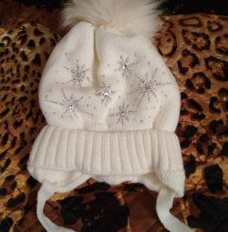 Біла шапочка на флісі, сніжинки виблискують