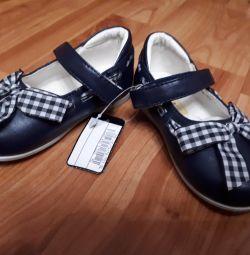 Bebek için yeni ayakkabılar
