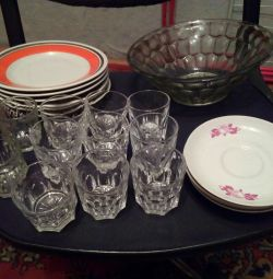 Тарілки, чарки, ваза скляна