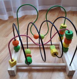 Jucărie labirintă educativă.