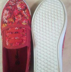 Νέα αθλητικά παπούτσια για ένα κορίτσι