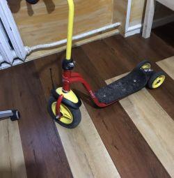 Scooter cu trei roți
