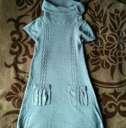 Ένα ζεστό φόρεμα με κολάρο