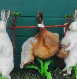 Чучело зайцев и лисы
