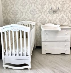 Crib and chest of drawers firm ,, Gondylian ,, 👍 💕💕💕