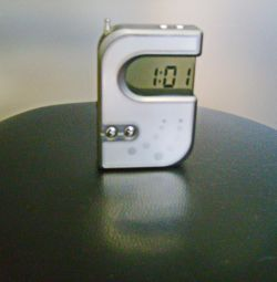 Ceas original cu receptor FM.