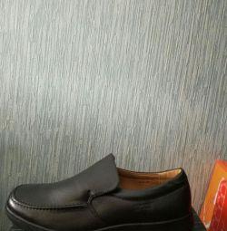 Νέα ανδρικά παπούτσια σε ένα κουτί