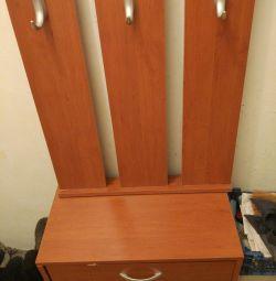 Στήθος της συρτάρια, ένα ντουλάπι με κρεμάστρα για τα παπούτσια