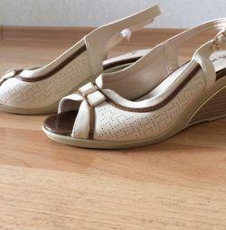Τα γυναικεία παπούτσια είναι καινούργια
