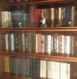 Книжкові полиці.
