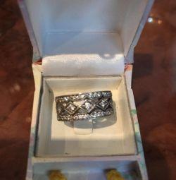 Inelul este de argint.