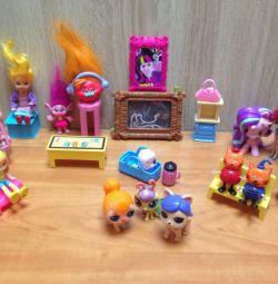 Куколки и мебель.