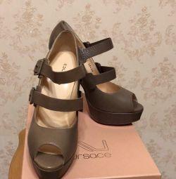 Kadın doğal deri ayakkabılar.