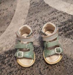 Sandale pe copil.