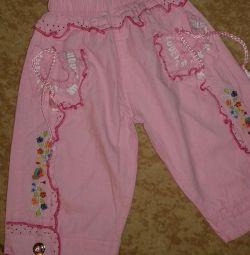 Pantaloni noi pentru o fată.