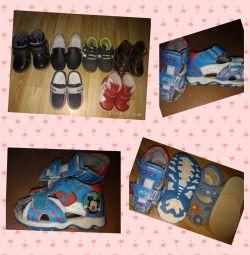 Τα παιδικά παπούτσια είναι διαφορετικά (αγόρια / κορίτσια).