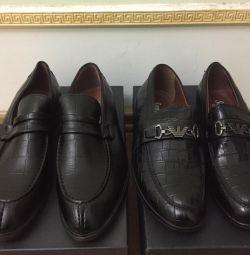 пара нових чорних шкіряних туфель