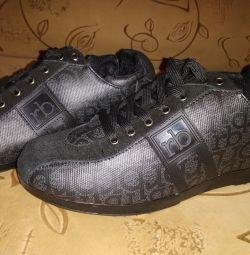 Τα αθλητικά παπούτσια είναι νέα. Rocco boroocco