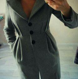 Paltonul este montat gri