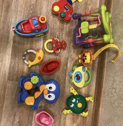 Un pachet de jucării, muzical și de baie