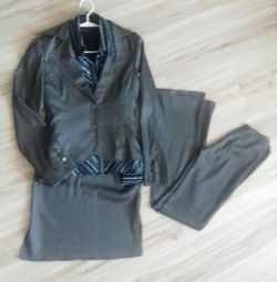 Κομψή κοστούμι τέσσερις υγρές άσφαλτος