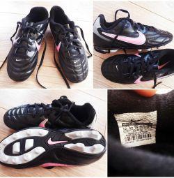 Pantofi de fotbal diferite