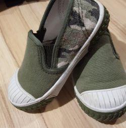 Τα πάνινα παπούτσια είναι παιδικά.