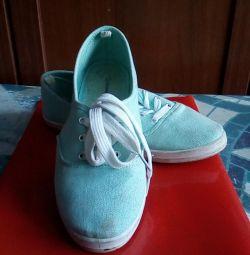 Ανδρικά παπούτσια για ένα κορίτσι
