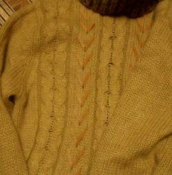 Тeплий жіночий светр.