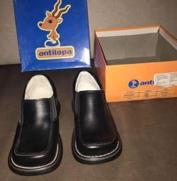 Oğlan için yeni ayakkabılar