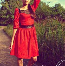 Красное жаккардовое платье