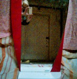 Oglindă pe o bază din lemn cu raft