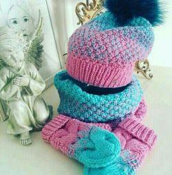 πλεκτό καπέλο, ντεκολτέ και γάντια