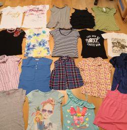 Ένα πακέτο από μπλουζάκια και μπλουζάκια για ένα κορίτσι 146-152-158
