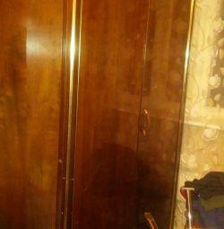 Dulap, pardoseală, oglindă și masă