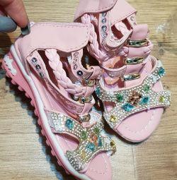 Çocuklar için yeni sandalet