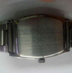 Casio se uită la ceas