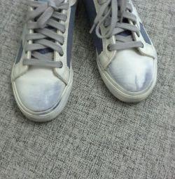 Pantofi codați pe scaun