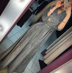 Akşam gümüş zeminde elbise