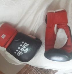 Women's boxing gloves, size M, worn few times, excellent