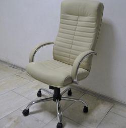 Кресло руклводителя Консул бежевый хром.