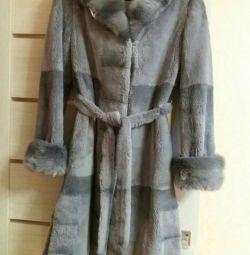 Bir kürk ceket satan
