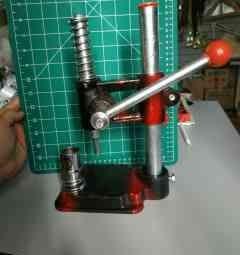 Станок для обтяжки пуговиц и швейной фурнитуры