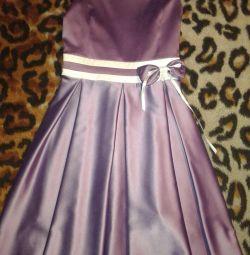 Το φόρεμα είναι κομψό.