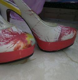 Χρησιμοποιούνται παπούτσια με κλειστά toe