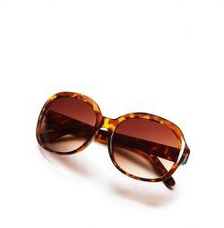 Femeile de ochelari de soare
