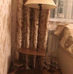 Lampă de podea pe un suport din lemn